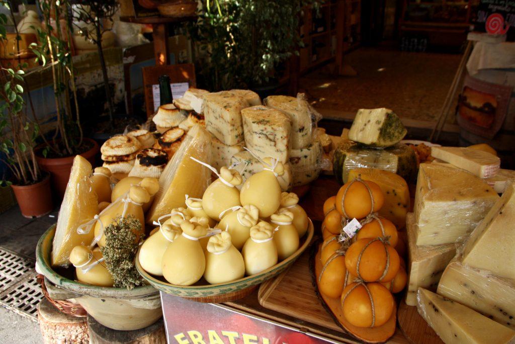 Sery włoskie na targu w Sycylii.