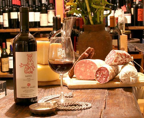 Wędliny włoskie z serem i czerwonym winem.