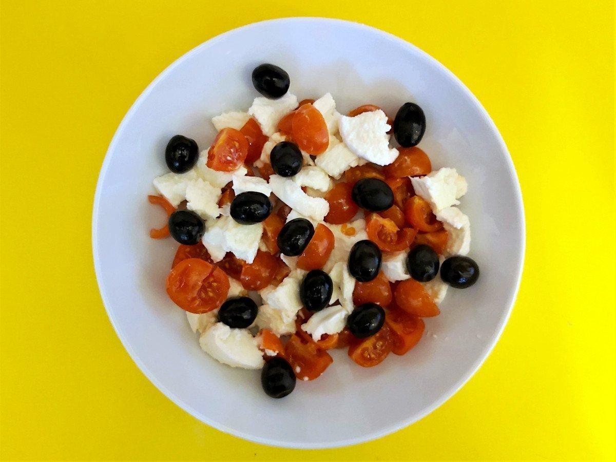 bruschetta caprese pomidory mozzarella i oliwki