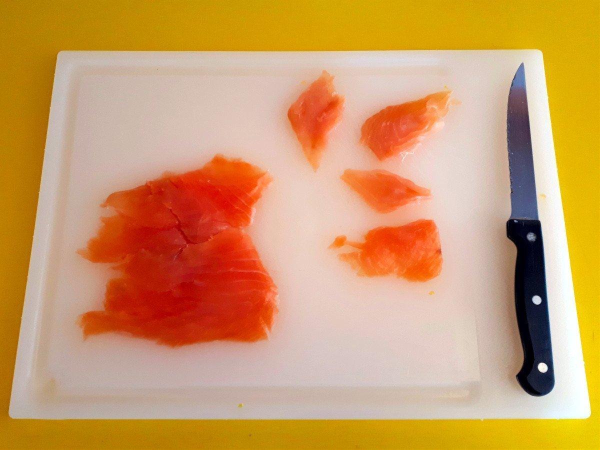 sałatka z łososiem i pomarańczą krojenie łososia