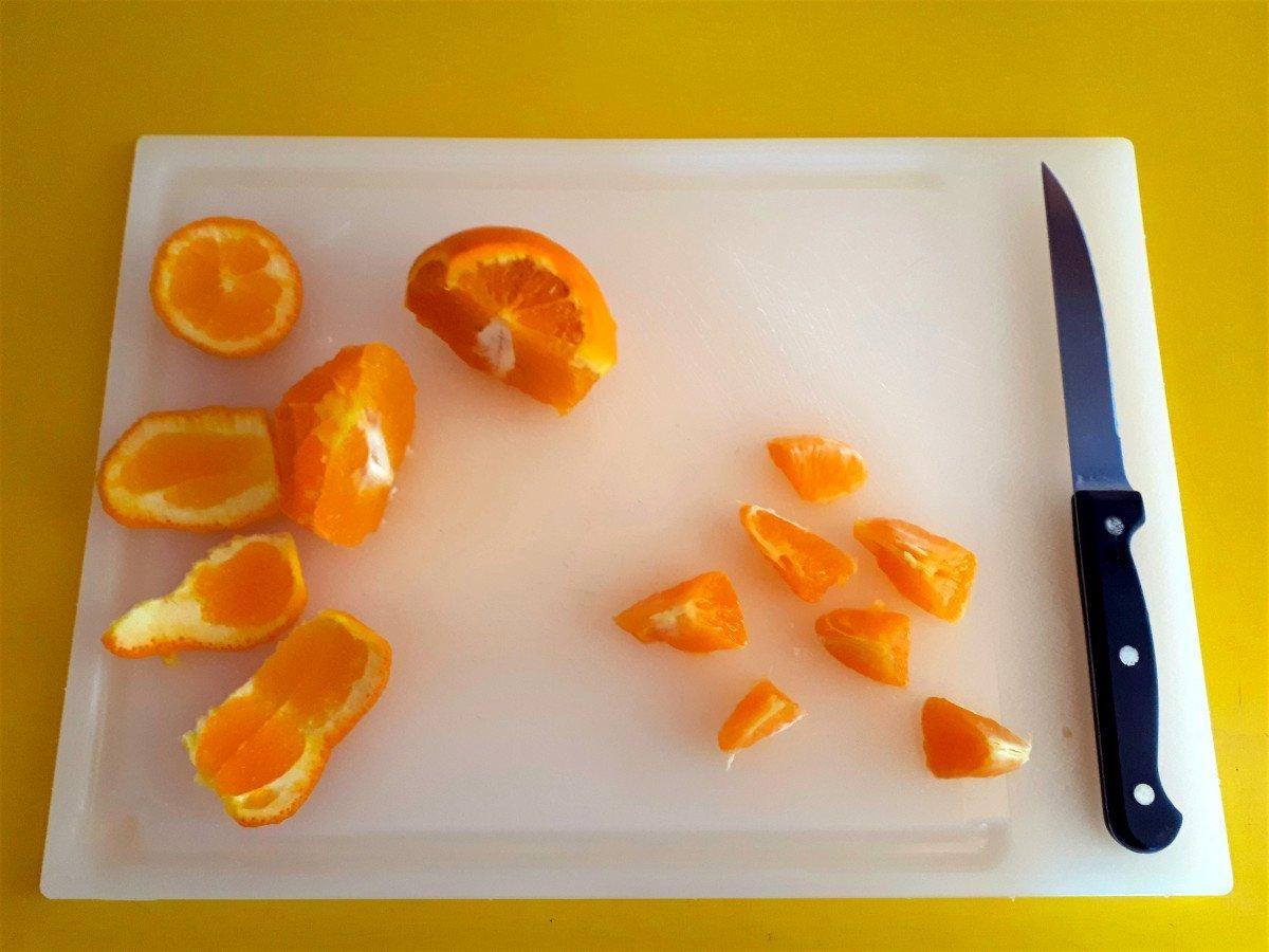 sałatka z łososiem i pomarańczą krojenie pomarańczy