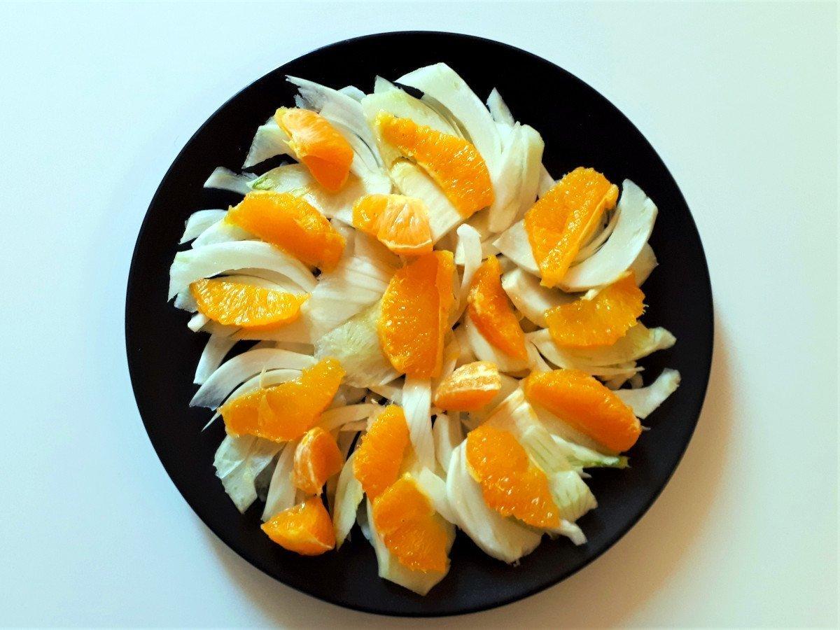sałatka z łososiem i pomarańczą układanie pomarańczy