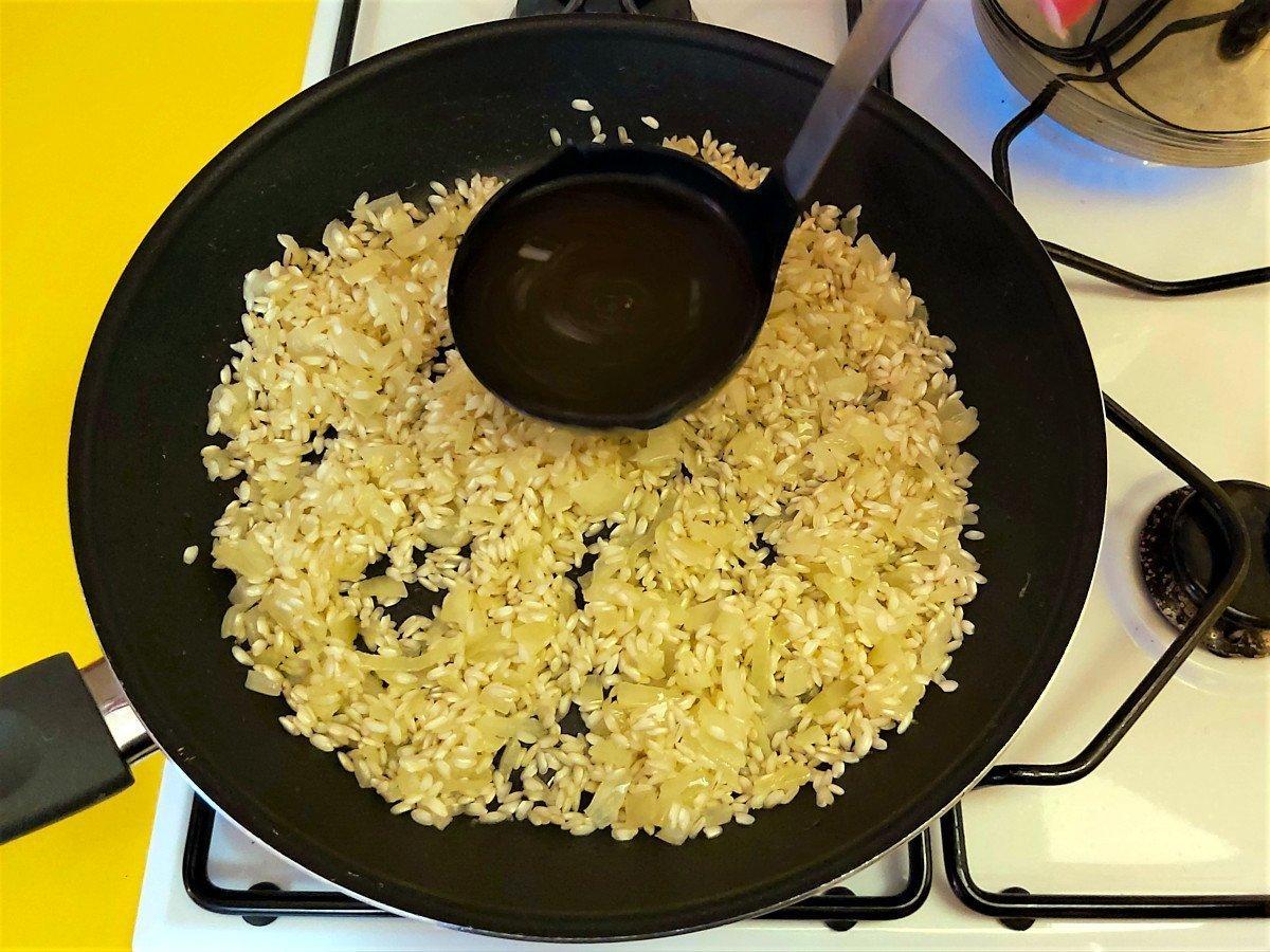 risotto z parmezanem dodawanie bulionu