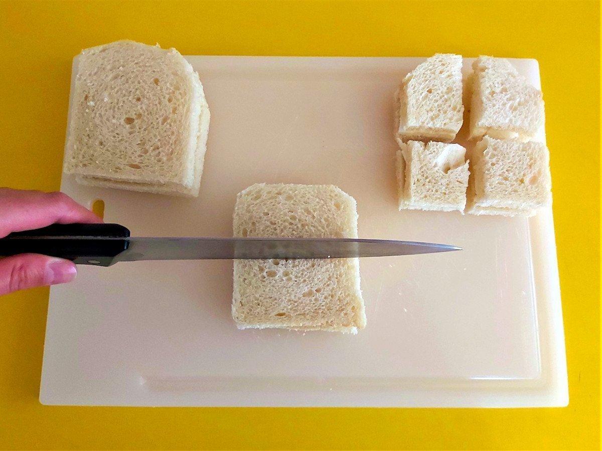 mozzarella in carrozza krojenie tostów na kwadraciki