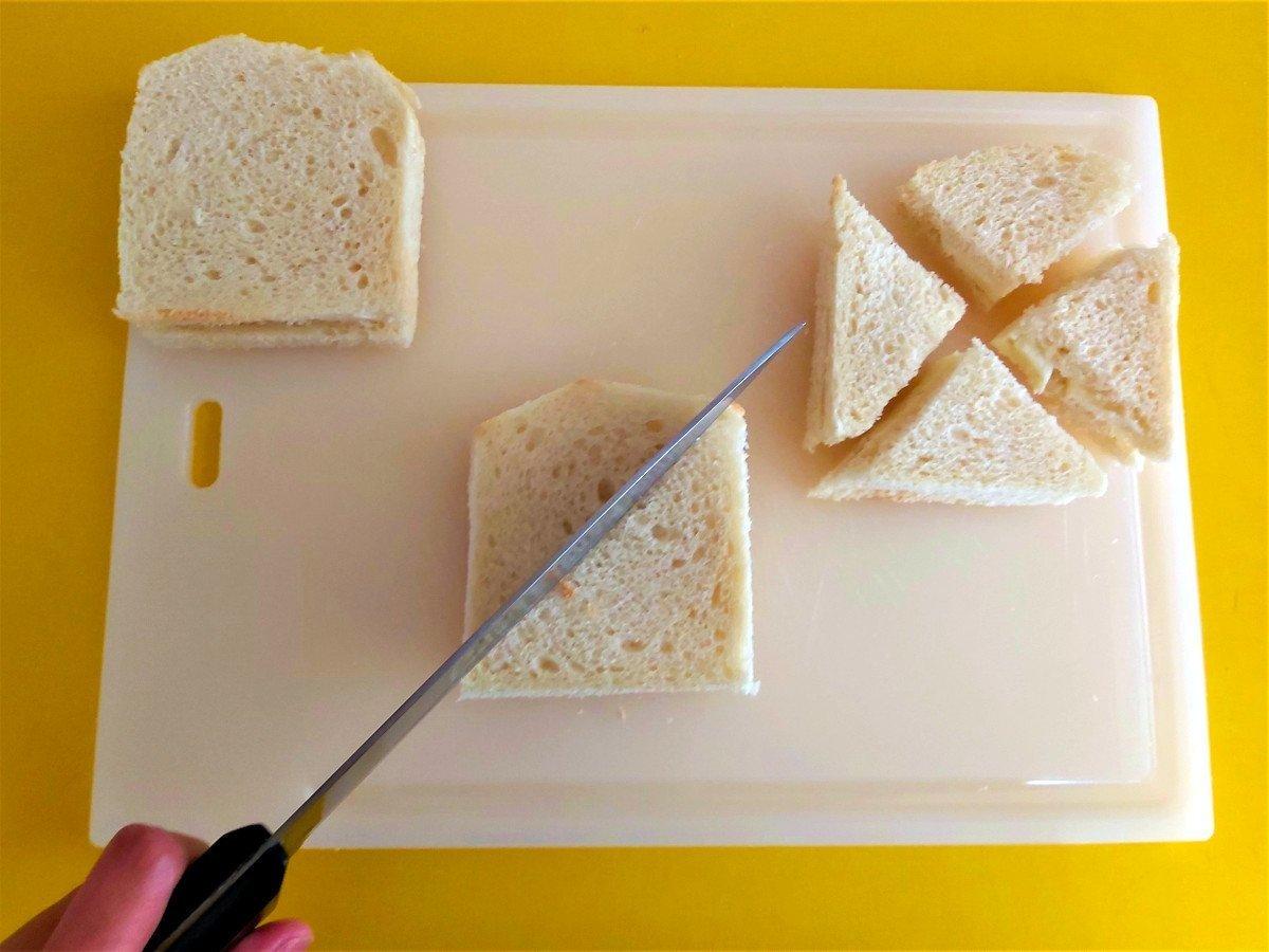 mozzarella in carrozza krojenie tostów na trójkąty