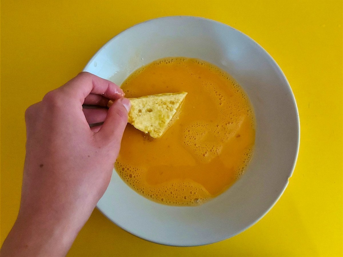 mozzarella in carrozza moczenie w jajkach