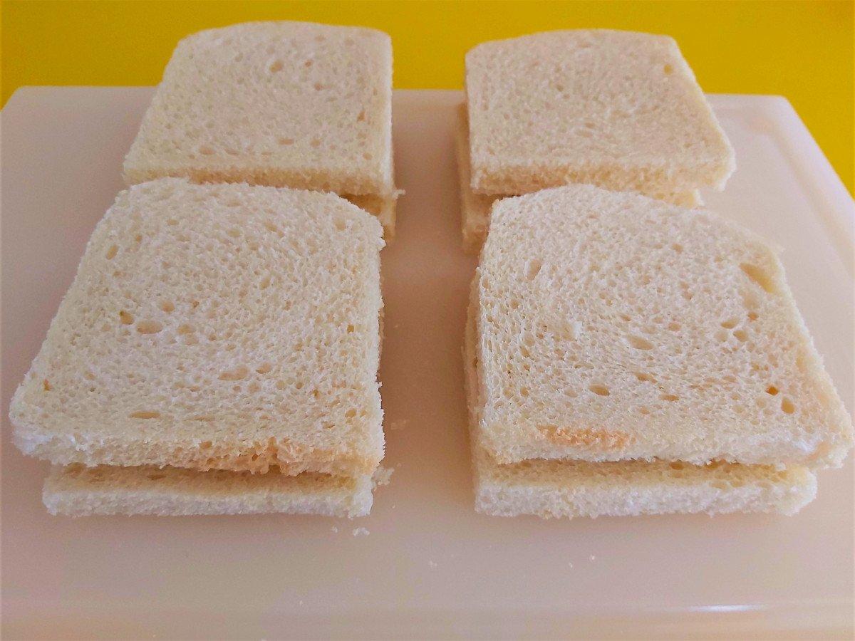 mozzarella in carrozza przykładanie drugiej kromki chleba