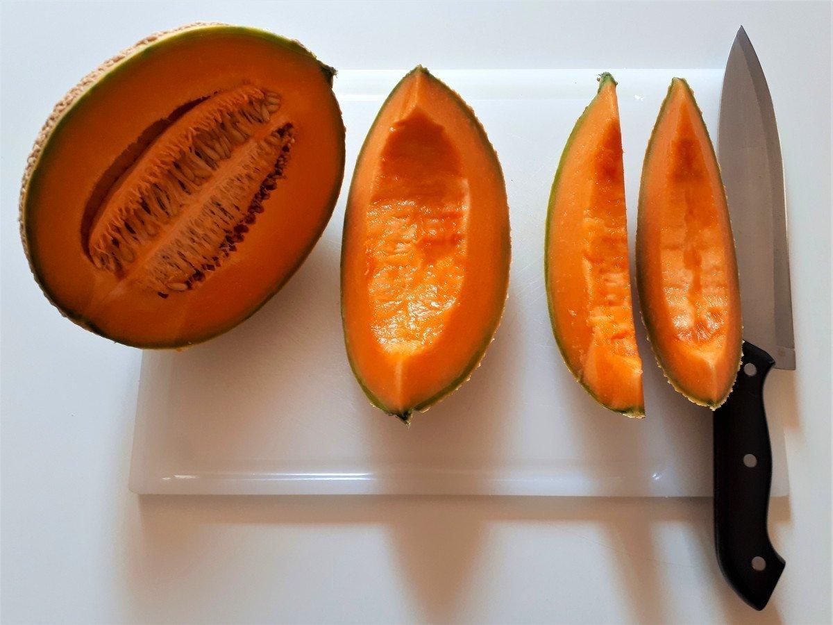 melon z szynką parmeńską krojenie na ćwiartki
