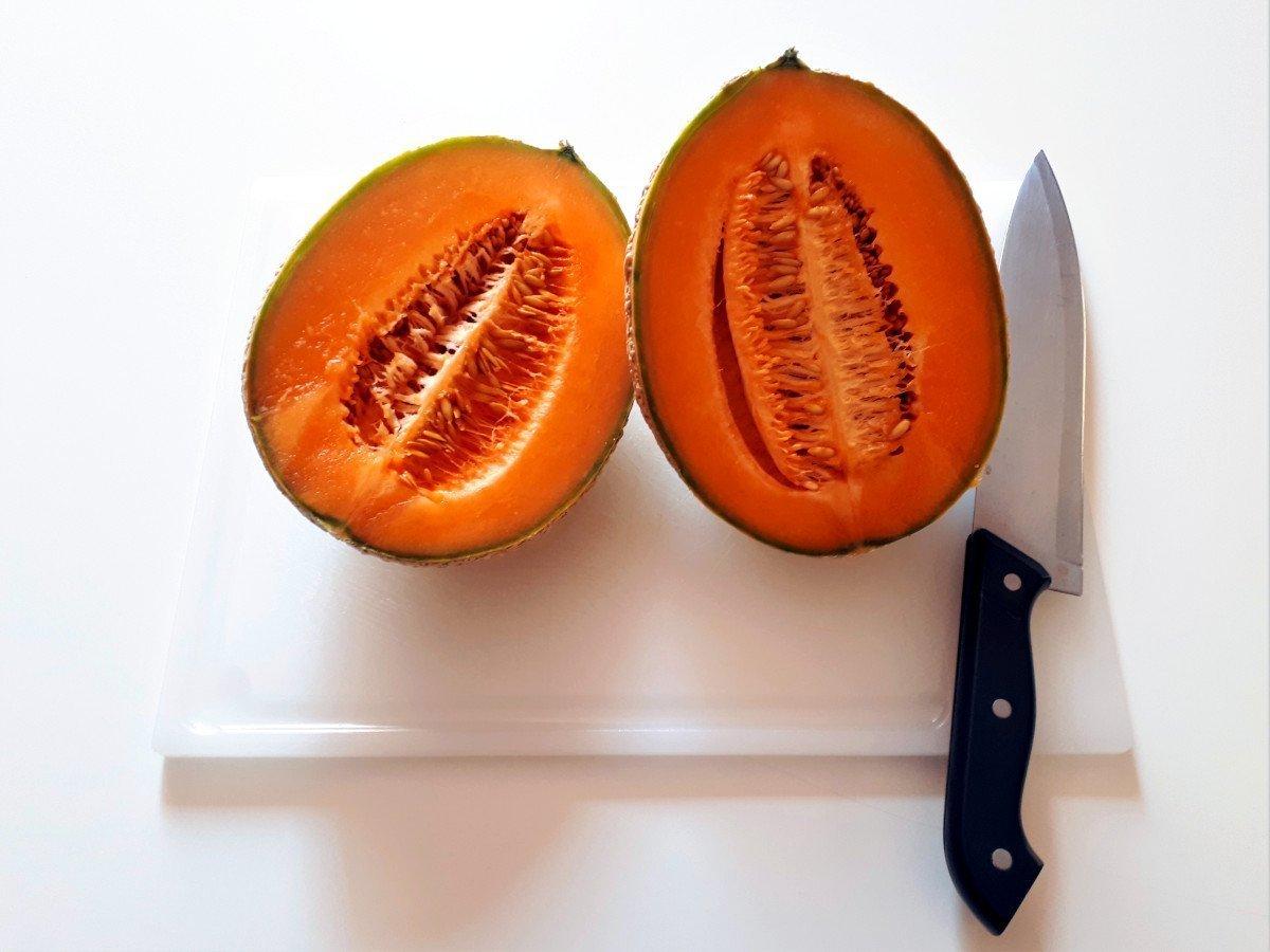 melon z szynką parmeńską przekrajanie melona