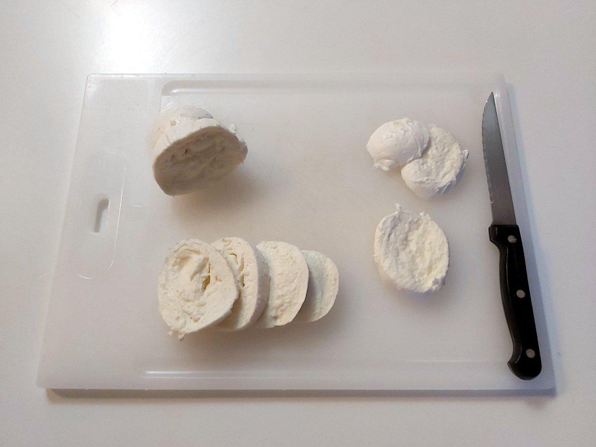 sałatka caprese krojenie mozzarelli