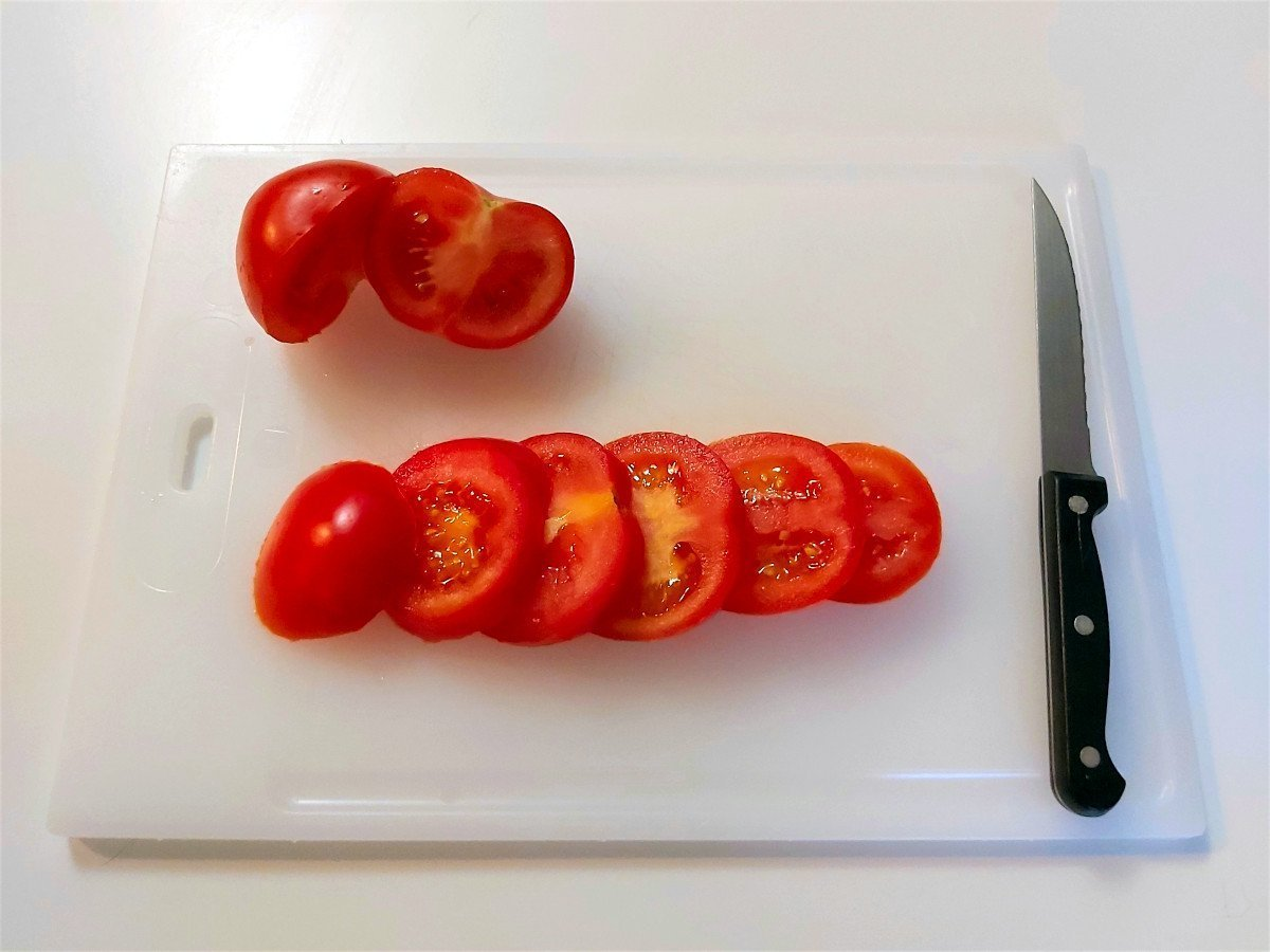 sałatka caprese krojenie pomidorów
