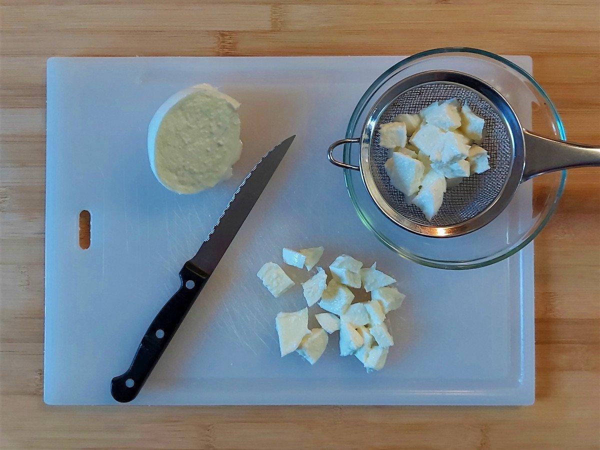 sałatka makaronowa z tuńczykiem krojenie mozzarelli