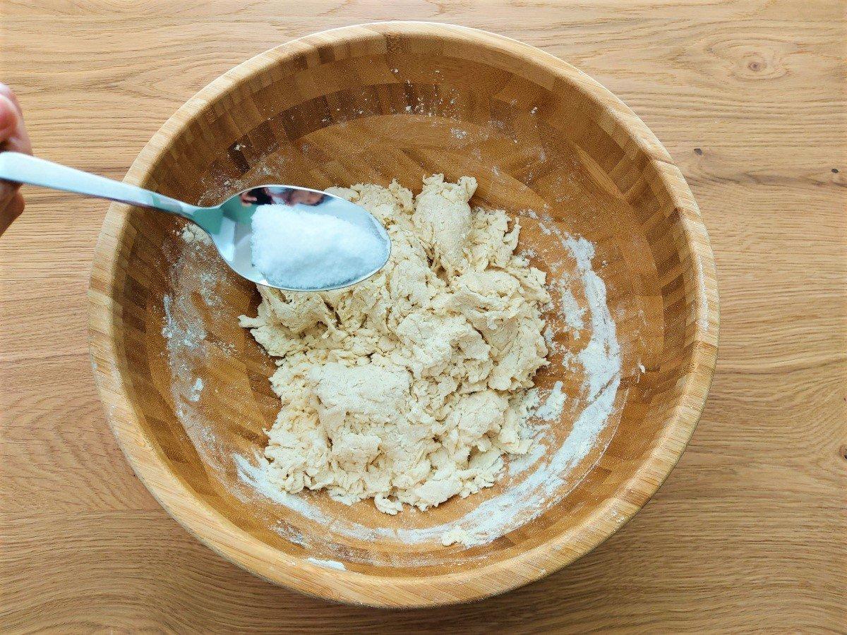 dodawanie soli do rozczynu
