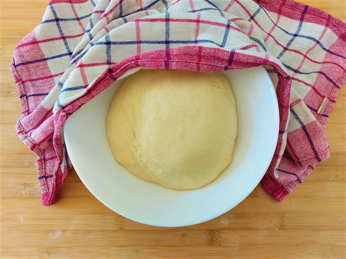 odstawianie ciasta do wyrośnięcia