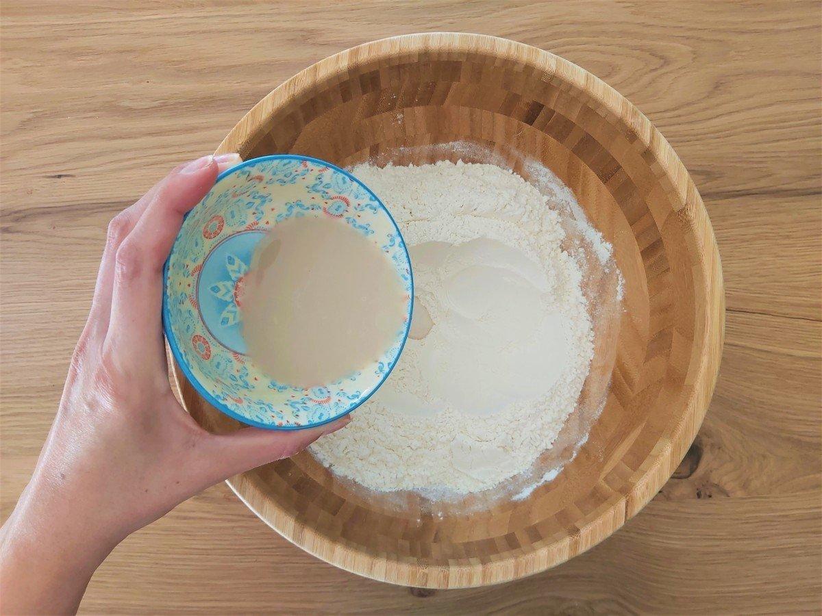 focaccia genovese dodawanie drożdży i miodu do mąki