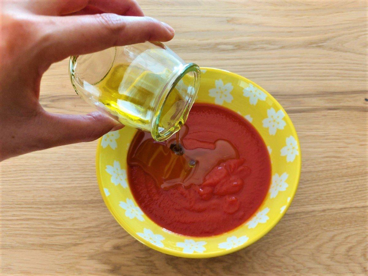 dodawanie oliwy do miąższu z pomidorów