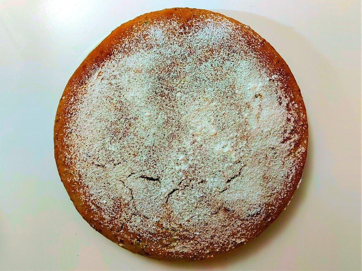 posypywanie ciasta z dyni cukrem pudrem