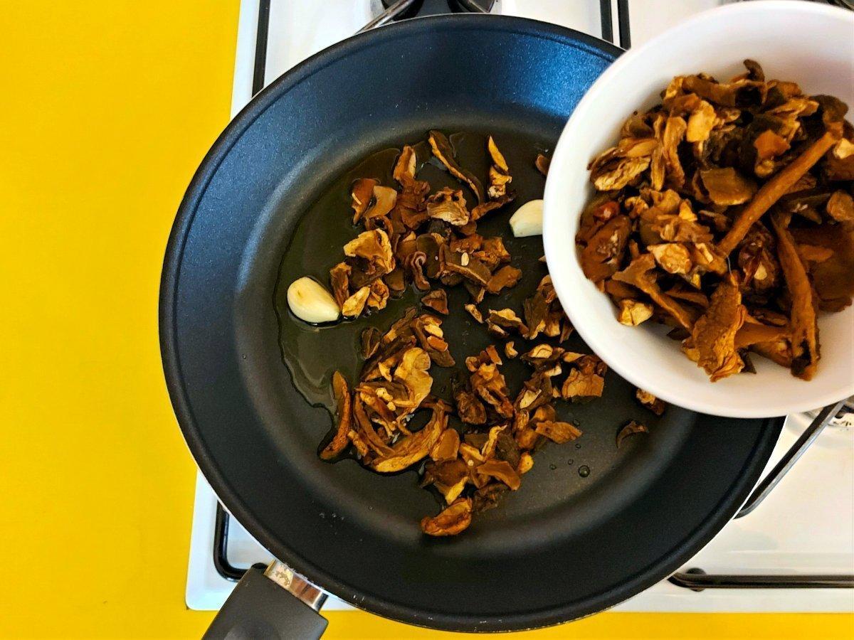 sos grzybowy dodawanie grzybów