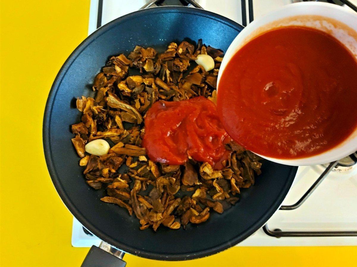 sos grzybowy dodawanie przecieru pomidorowego