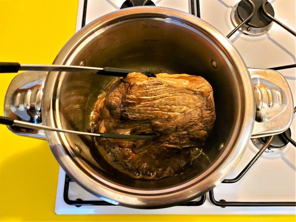 brasato al barolo obracanie mięsa