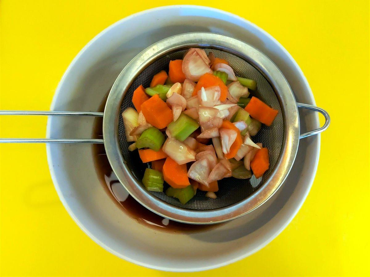 brasato al barolo odcedzanie warzyw i przypraw