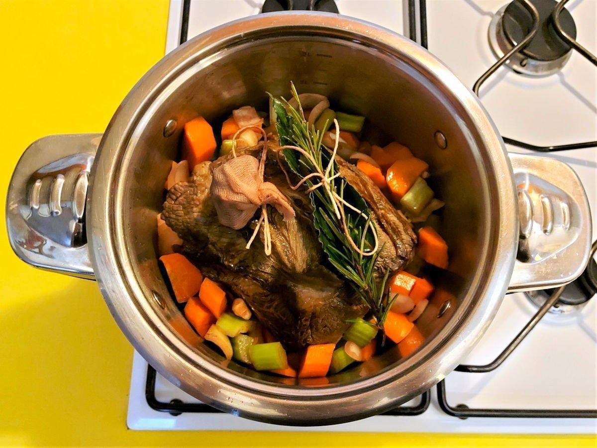 brasato al barolo podsmażanie warzyw