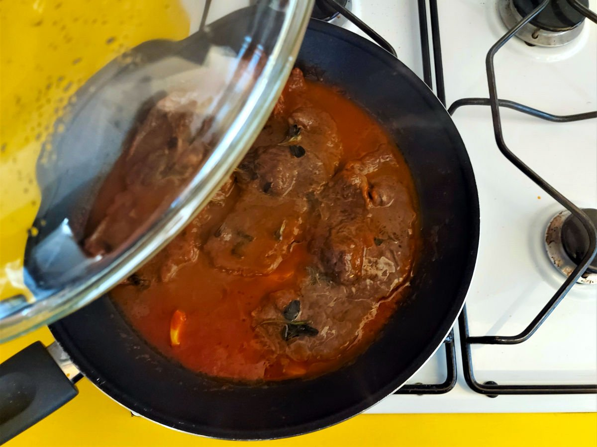 mięso alla pizzaiola gotowanie pod pokrywką