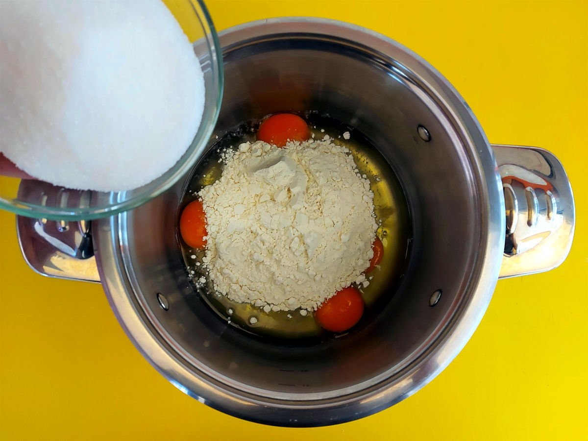 krem cukierniczy dodawanie cukru i mąki do żółtek