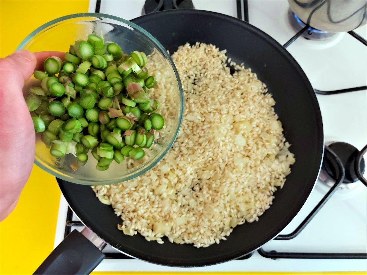 risotto ze szparagami dodawanie pokrojonych szparagów