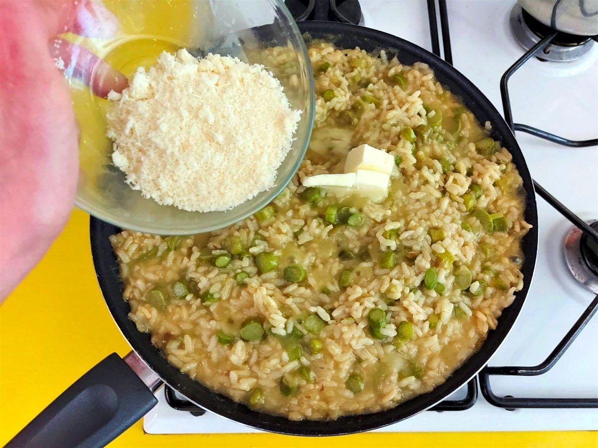 risotto ze szparagami dodawanie sera