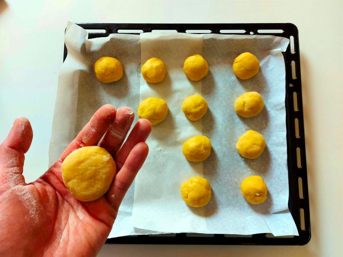 słodkie brzoskwinki z alchermes formowanie kulek