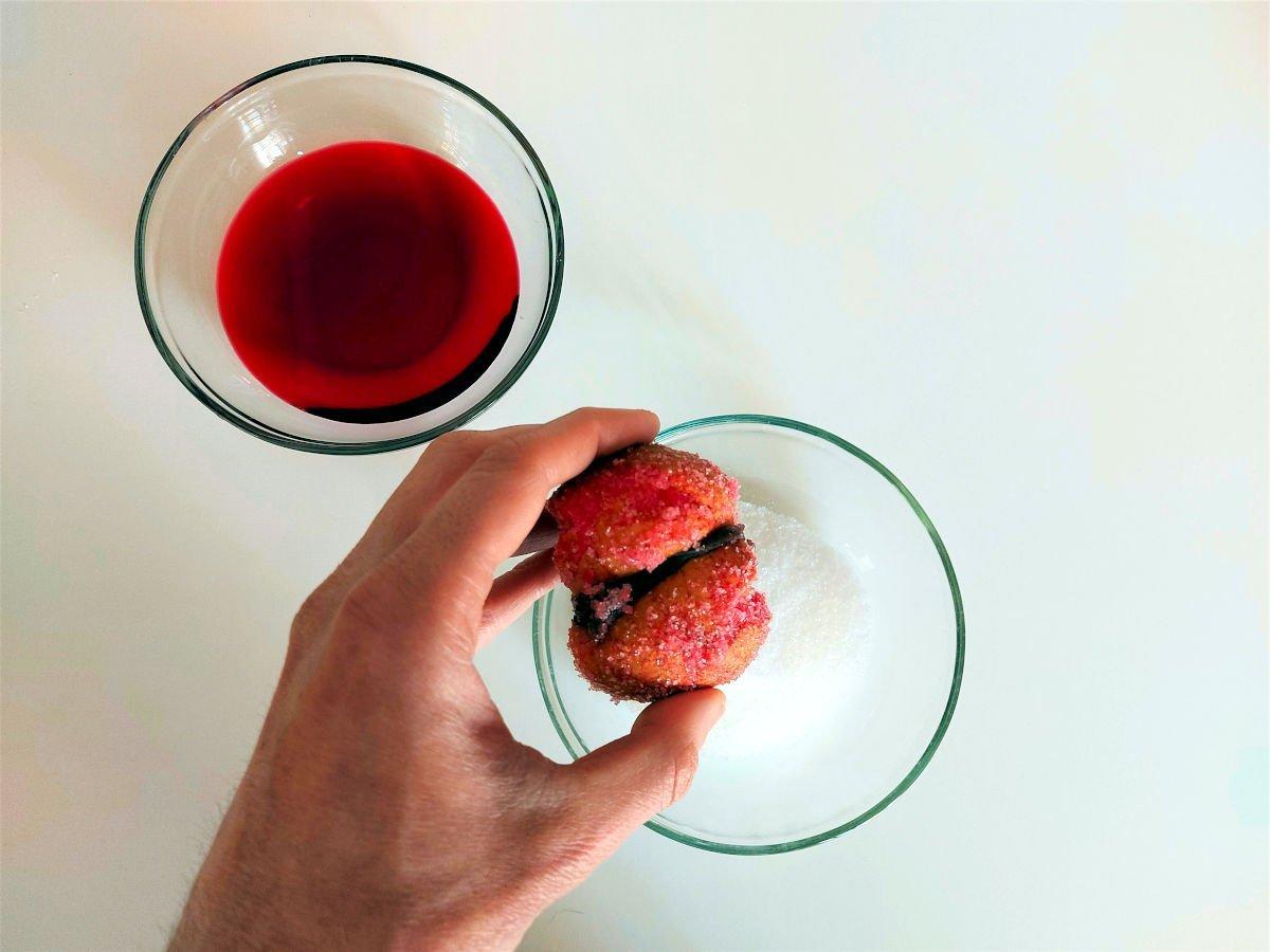 słodkie brzoskwinki z alchermes maczanie i obtaczanie ciasteczek