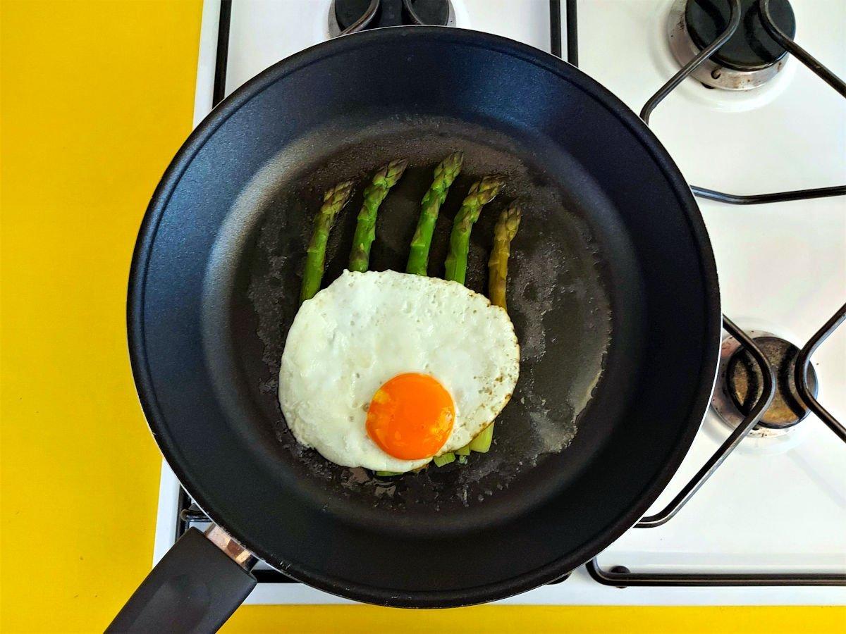 szparagi po mediolańsku dodawanie jajka