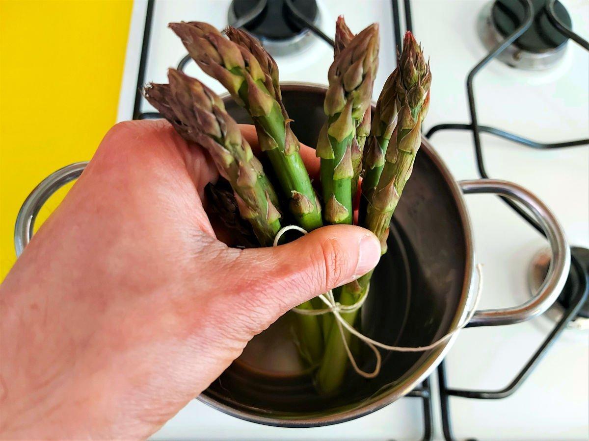 szparagi po mediolańsku gotowanie szparagów